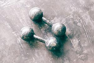 7 Accessoires essentiels pour l'entraînement à domicile dans peu d'espace